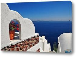 Известная ветряная мельница Санторини в Греции, с красными цвета