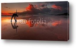 Постер Силуэт человека на пляже на закате