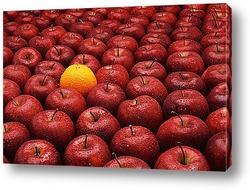 Ярко-желтый апельсин в красных яблоках
