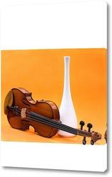 Постер Натюрморт со скрипкой и белой вазой на оранжевом фоне
