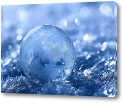 замёрзший мыльный пузырь на снегу в морозное утро