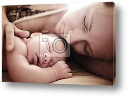 Новорожденный спит с матерью. Крупным планом