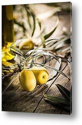 Черные оливки с листьями
