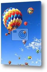 Красочные воздушные шары, пролетающие над горой