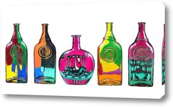 Пять стеклянных бутылок с абстрактным рисунком на белом фоне