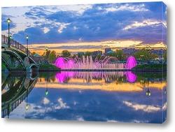 Постер Цветомузыкальный фонтан на закате дня