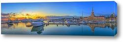 Катера и яхты на причале в морском порту Сочи. Панорама с золотым закатом