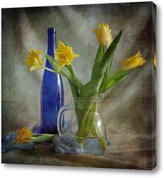 Желтые тюльпаны с синей бутылкой