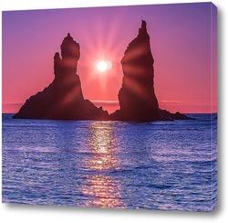 Постер Солнце всходит между двумя скалами братьями близнецами, которые возвышаются над морской рябью