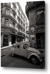Глядя вверх, в окружении старинных зданий в Барселоне. Испания