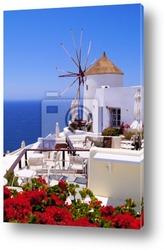 Постер Известная ветряная мельница Санторини в Греции, с красными цвета