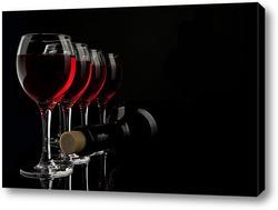 Постер Силуэты нескольких бокалов с вином и бутылкой на черном фоне