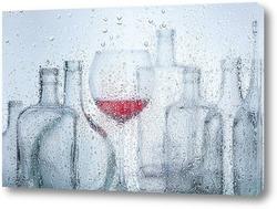 Постер Бутылки с вином за мокрым стеклом.