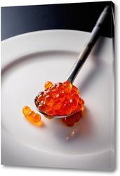 Постер Ложечка с красной икрой на белой тарелке