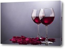 Постер Два бокала с вином и лепестки роз