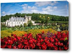 Замок Вилландри летним сонечным днем в цвету, долина Луары, Франция
