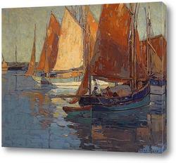 Четыре лодки вдоль гавани