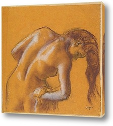 Женщина,расчесывающая свои волосы