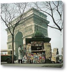 Мост в Париже, Франция. Эйфелева башня просто видна в тумане.