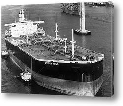 Постер Крупный план танкера сверху.