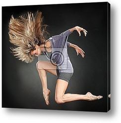 Пара латинских танцоров во время танца