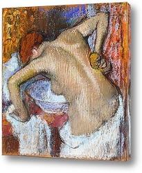 Женщина,вытирающая руку