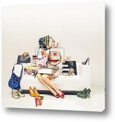 Постер Привлекательная девушка с кучей обуви