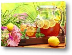 Горячий мятный чай на естественном фоне