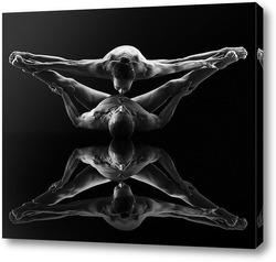 Balance AKT mit Glas Sekt auf dem Po in Schwarz WeiГџ