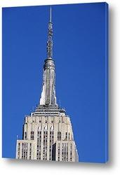 Крайслер билдинг в окружении небоскрёбов.