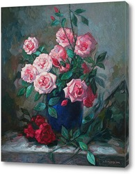 Розы в синей вазе