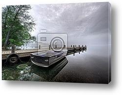 Одинокая лодка на реке