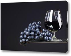 Постер Бокал вина и виноград на темном фоне