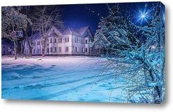 Постер Старое жилое здание ранним зимним утром окружено присыпанными снегом деревьями и дорожными знаками.
