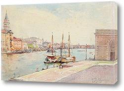 Вританский фрегат плывет вниз по каналу в свежий день мимо маяка