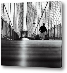 Гарольд Ллойд лезущий по стене здания