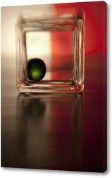 Зеленый шарик на красном фоне