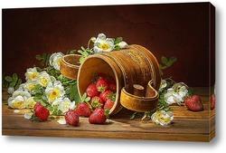 Клубника на деревянном столе