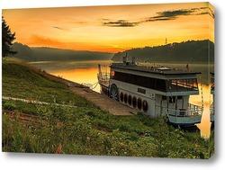 Постер Корабль в реке на закате