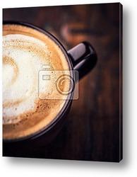 Чашки с кофе и кофейные зерна