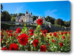 Картина Замок Юссе, долина Луары, Франция летним солнечным днем на фоне цветущих красных георгинов