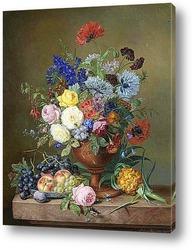 Ваза из смешанных цветов и фруктов на мраморном выступе