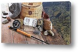 Рыболовные снасти с шляпой на деревянном причале
