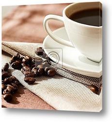 Чашка с кофе с рисунком в форме сердца