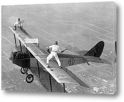 Постер Партия в теннис на крыле самолёта.