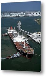Крупный план танкера сверху.