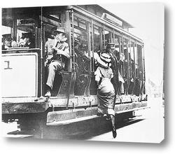 Женщина садящаяся на трамвай,1908г.