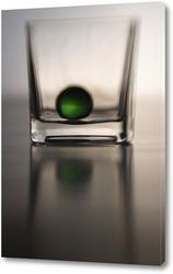 Зеленый шарик и стекло