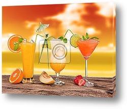 Постер Летние коктейли в закат с пляжа на размытие фона