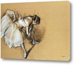 Танцовщица, поправляющая свою обувь